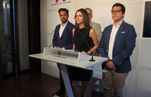 """Arrimadas (C's) critica que PP y PSOE quieran dar grupo propio a CDC que """"se salta la ley"""""""