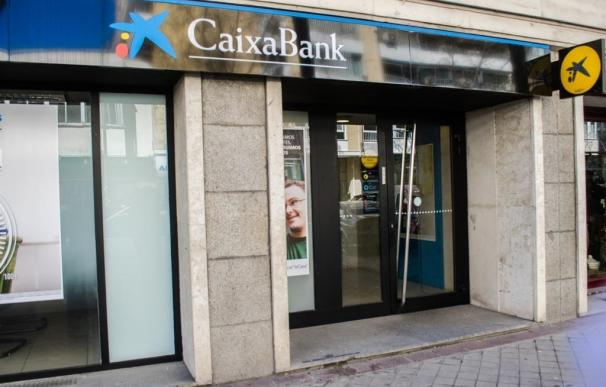 (Ampl.) CaixaBank gana 638 millones hasta junio, un 9,9% menos, por la integración de Barclays