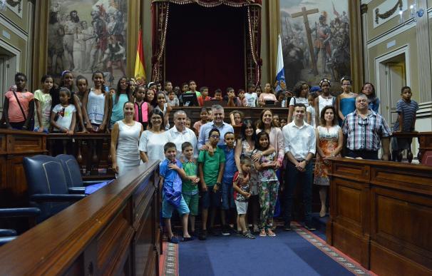 Parlamento y Cabildo de Tenerife reciben a los niños saharauis de 'Vacaciones en Paz'