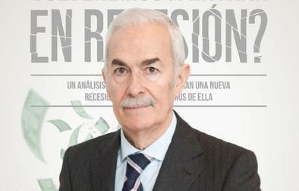 Juan Ignacio Crespo, ante la portada de su libro '¿Por qué en 2017 volveremos a entrar en recesión?'