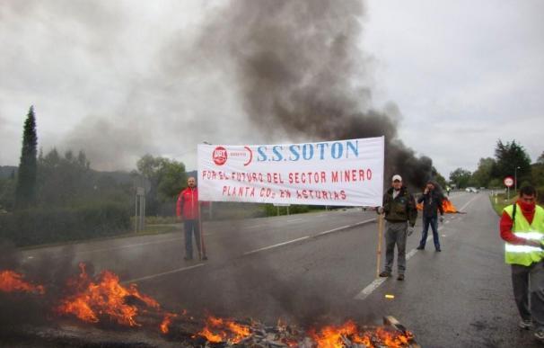 Reabiertas al tráfico las carreteras cortadas por CCOO y UGT en Asturias