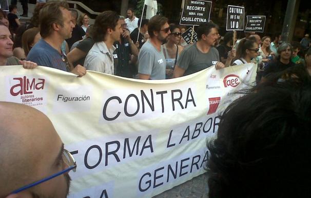 Centenares de personas encabezadas por la familia Bardem se manifiestan en Madrid contra de la subida del IVA cultural