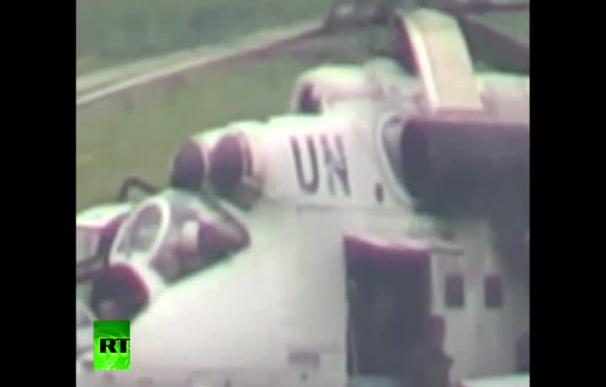 Un helicóptero militar Mil Mi-24 de Ucrania 'camuflado' bajo siglas de la ONU