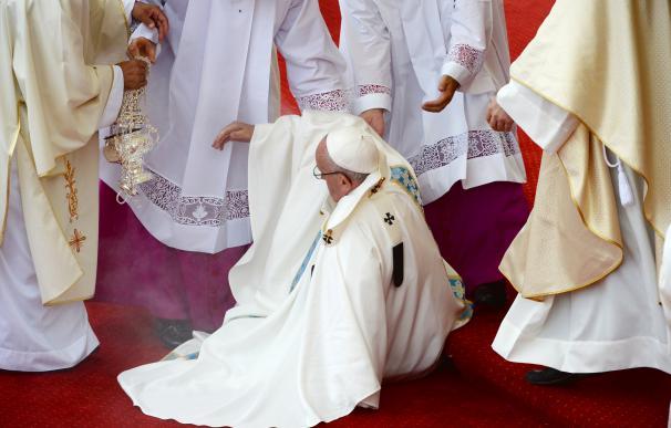 El Papa Francisco sufre una caída durante una misa en el monasterio de Jasna Gora en Czestochowa, Polonia