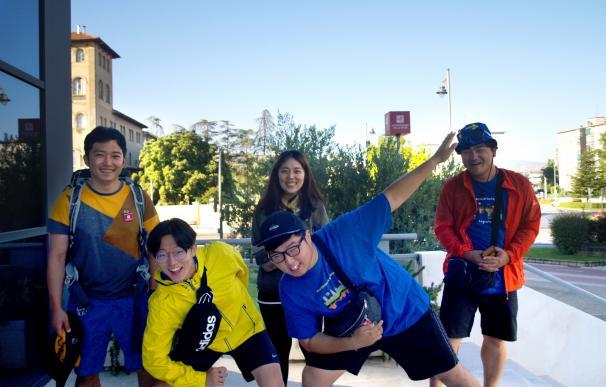 Dos peregrinos de Corea del Sur sellan su acreditación jacobea universitaria en la UR
