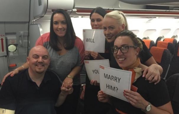 Un pasajero le propone matrimonio a su novia durante un vuelo a Mallorca, en el que la tripulación es cómplice