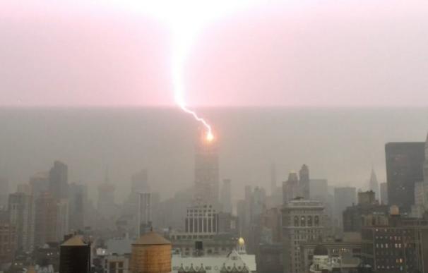 Espectacular imagen de un rayo sobre el Empire State de Nueva York
