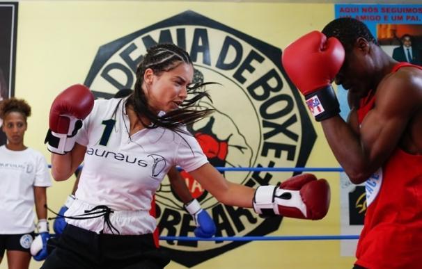 La top Adriana Lima se sube al ring por una buena causa