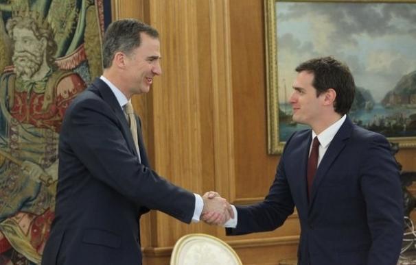Rivera plantea al Rey que ya sólo hay dos opciones: Gobierno de PP, PSOE y C*s sin Rajoy o abstención general