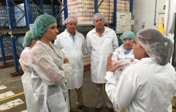 La delegada de Medio Ambiente visita las instalaciones de envase de Salinas del Odiel
