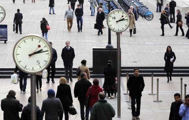 Varios trabajadores salen del distrito financiero de Londres, Reino Unido.