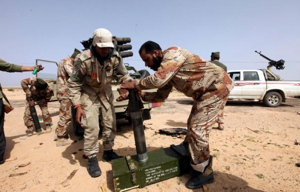 Los rebeldes libios pierden terreno y retroceden para proteger Ajdabiya