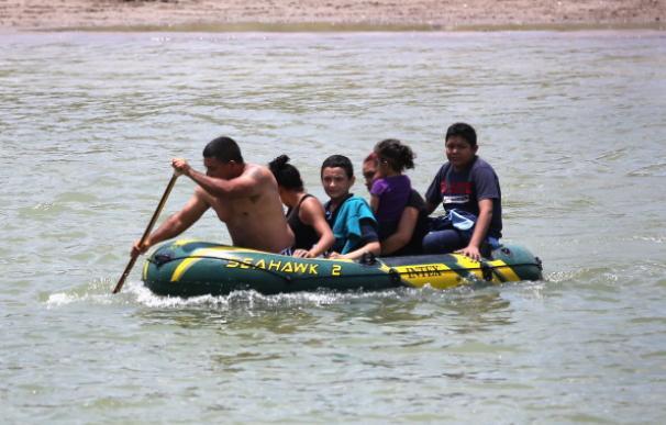 Miles de inmigrantes ilegales buscan una oportunidad cruzando el Río Grande para llegar a EE.UU.