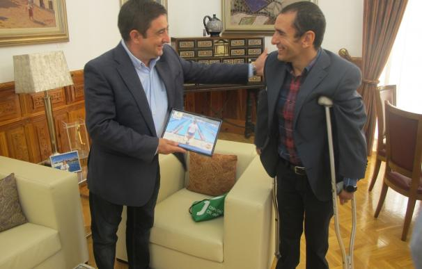 Reyes recibe a Miguel Ángel Martínez tras su participación en los Juegos Parlímpicos