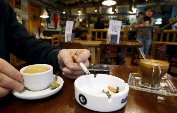 Un fumador, en un café de San Sebastián.