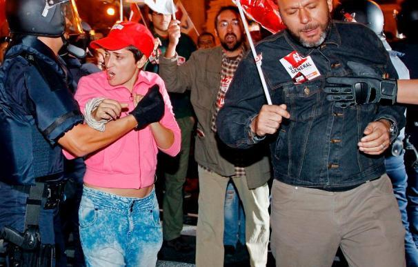 La Policía y un piquete se enfrentan ante las puertas de Correos en Valencia