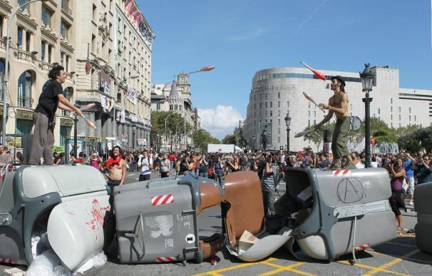 Activistas violentos montan barricadas improvisadas con contenedores