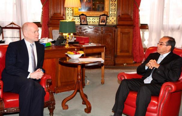 Hague abordó la situación política y humanitaria de Libia con el enviado del CNT libio