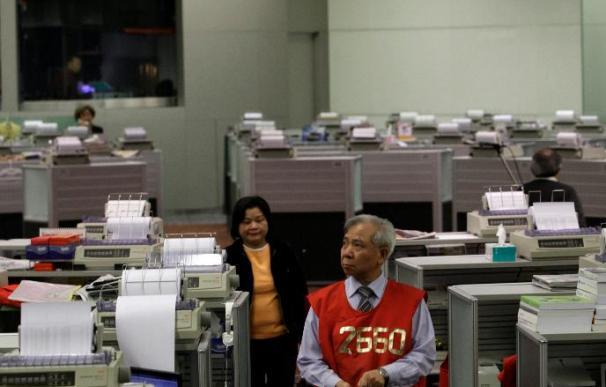 Leve bajada para el Hang Seng y efectivo de negociación contraído