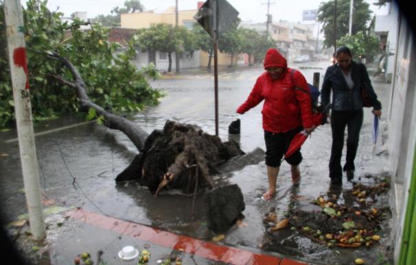 """Evacuaciones y máxima alerta en México por el ingreso del huracán """"Karl"""""""