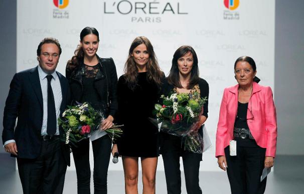 La diseñadora Teresa Helbig y la modelo Alazne Bilbao, premiadas en Cibeles