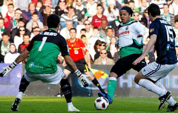 2-1. El Racing vence a la Real y se acerca a la permanencia con goles de Kennedy y Giovani