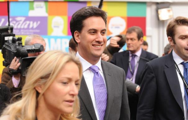 El nuevo líder, Ed Miliband, pone a los laboristas británicos primeros en intención de voto