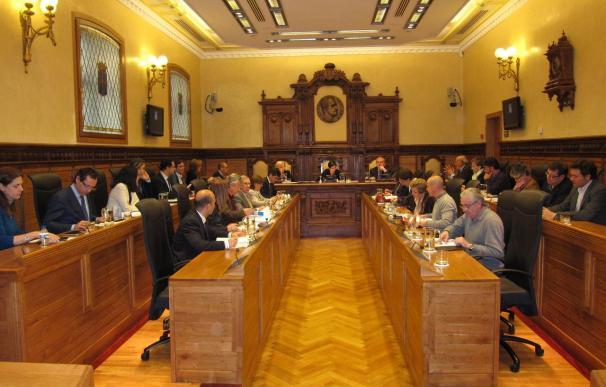Pleno municipal en un ayuntamiento.