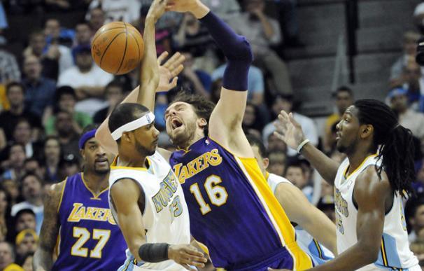 Los Lakers juegan en equipo y se ponen a un triunfo de las semifinales del Oeste