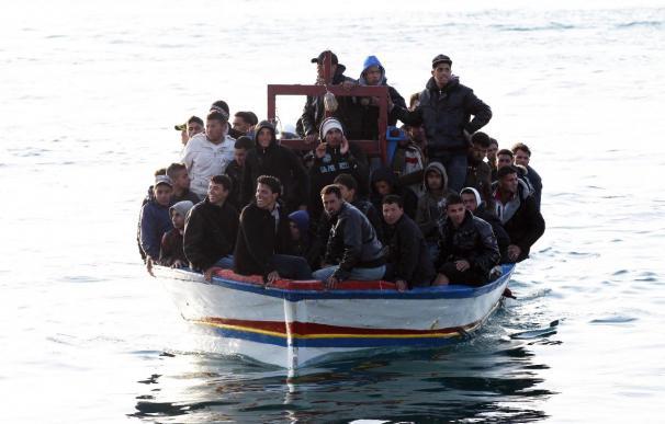 Unos 900 inmigrantes llegan a las costas italianas desde el norte de África