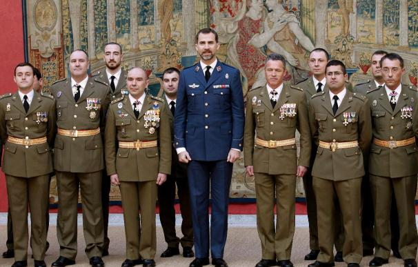 """El Príncipe recibe en El Pardo a militares del histórico regimiento """"Lusitania"""""""