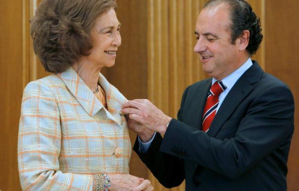 La Reina recibe la insignia de oro y brillantes del Museo Arqueológico de Alicante