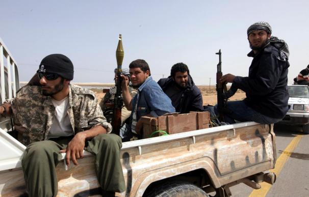 Los rebeldes libios presentan batalla a gadafistas y logran mantener Brega