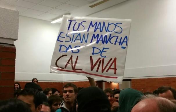 """Decenas de estudiantes esperan a Felipe González en la universidad con pancartas sobre los GAL y gritos de """"fascista"""""""