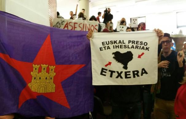 Cancelada la conferencia de Felipe González en la Universidad Autónoma por el escrache de decenas de estudiantes