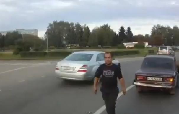 Un conductor ruso sale enfadado de su coche tras recibir un golpe de 'el Justiciero'.