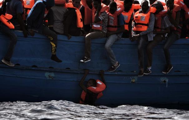 Salvan a más de 5.600 inmigrantes en aguas del Mediterráneo en un solo día