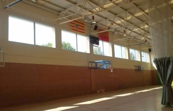 El Ayuntamiento de Alagón instala ventanas en el pabellón municipal