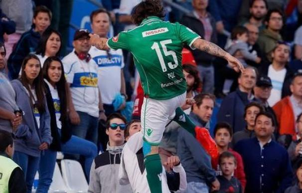 Un futbolista argentino emula a Cantona: da una patada a un aficionado y le detienen