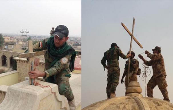 Los musulmanes ayudan a poner la cruz en su sitio en Irak