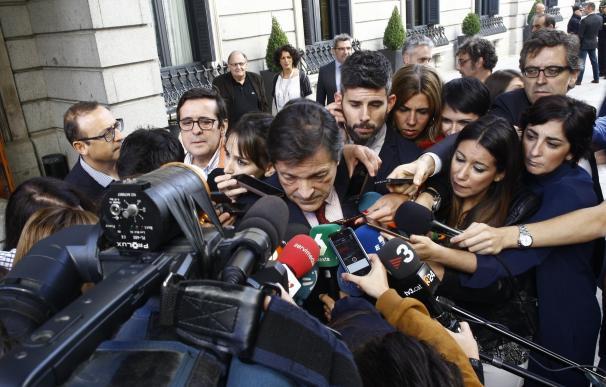 Javier Fernández responde a Sánchez que no hay aún fecha para el congreso y no comenta sus intenciones, que respeta