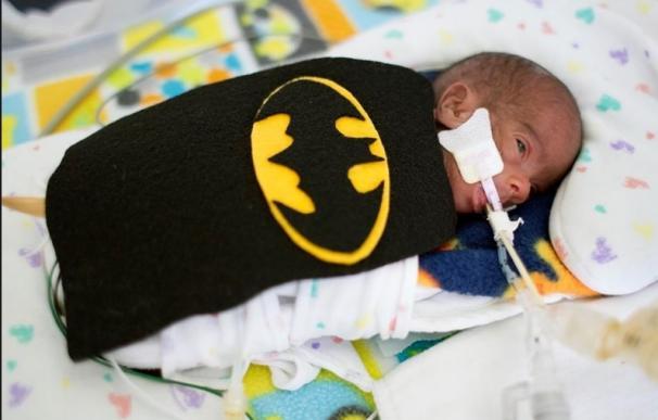 Uno de los bebés disfrazado como Batman. Fuente: Facebook.