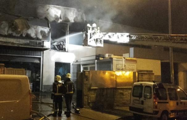 Arde en Bollullos una nave industrial dedicada a la elaboración de productos de pastelería