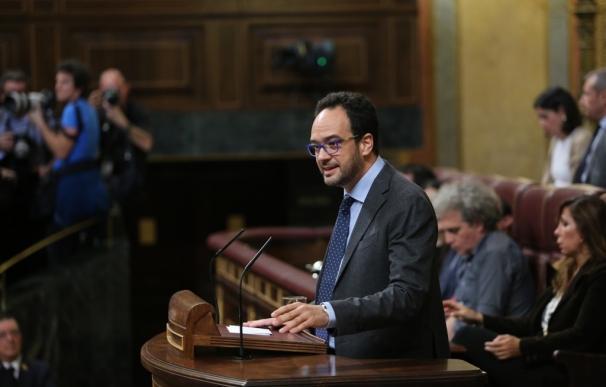 PSOE avisa a Rajoy que no le dará ni un día de cortesía porque su oposición no es de Twitter y camisetas