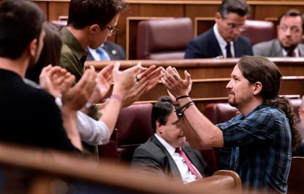 """Iglesias reparte abrazos a Errejón, Montero y Espinar y el PP grita """"ohhhh"""""""
