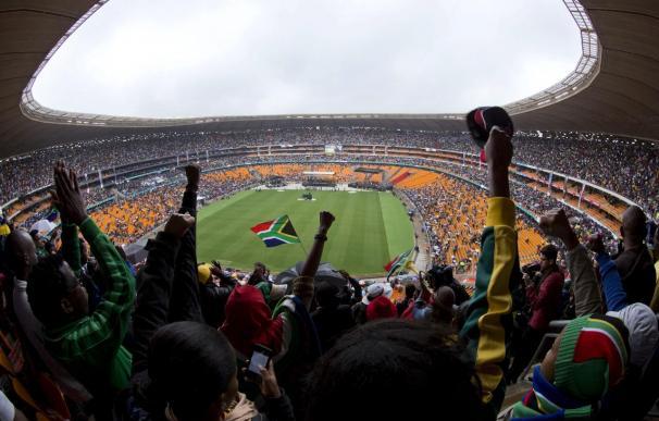 Emotivo adiós a Mandela del pueblo sudafricano, en medio de la lluvia