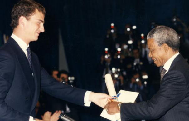 Nelson Mandela recibe el Premio Príncipe de Asturias de manos del Príncipe en 1992.