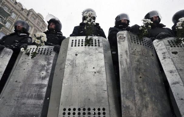 La Policía despliega agentes antidisturbios para desalojar a los manifestantes del Ayuntamiento de Kiev