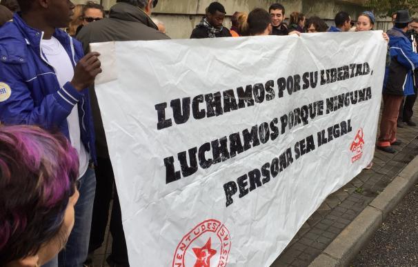 """Nueva concentración frente al CIE de Aluche para pedir su cierre y reclamar """"respeto"""" a los internos"""