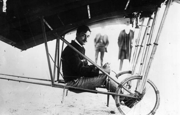 Roland Garros posa sobre su aeroplano Santos-Dumont Demoiselle en 1910